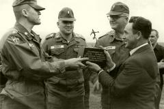 Club-Geschäftsführer und Initiator des Flugplatzausbaus Ernst Wagner dankt der amerikanischen Pioniereinheit.