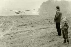 Die erste Landung beobachten Heini Hermann und sein Sohn Armin.