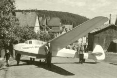 Über die Dorfstrasse zum Flugplatz